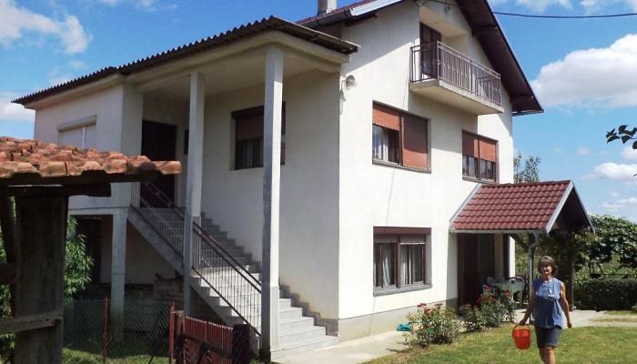 U RODNOJ KUĆI NARODNOG HEROJA MILANA TEPIĆA U KOZARSKOJ DUBICI