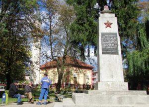 kladusa-05-spomenik-partizanima-pored-dzamije-foto-milan-pilipovic