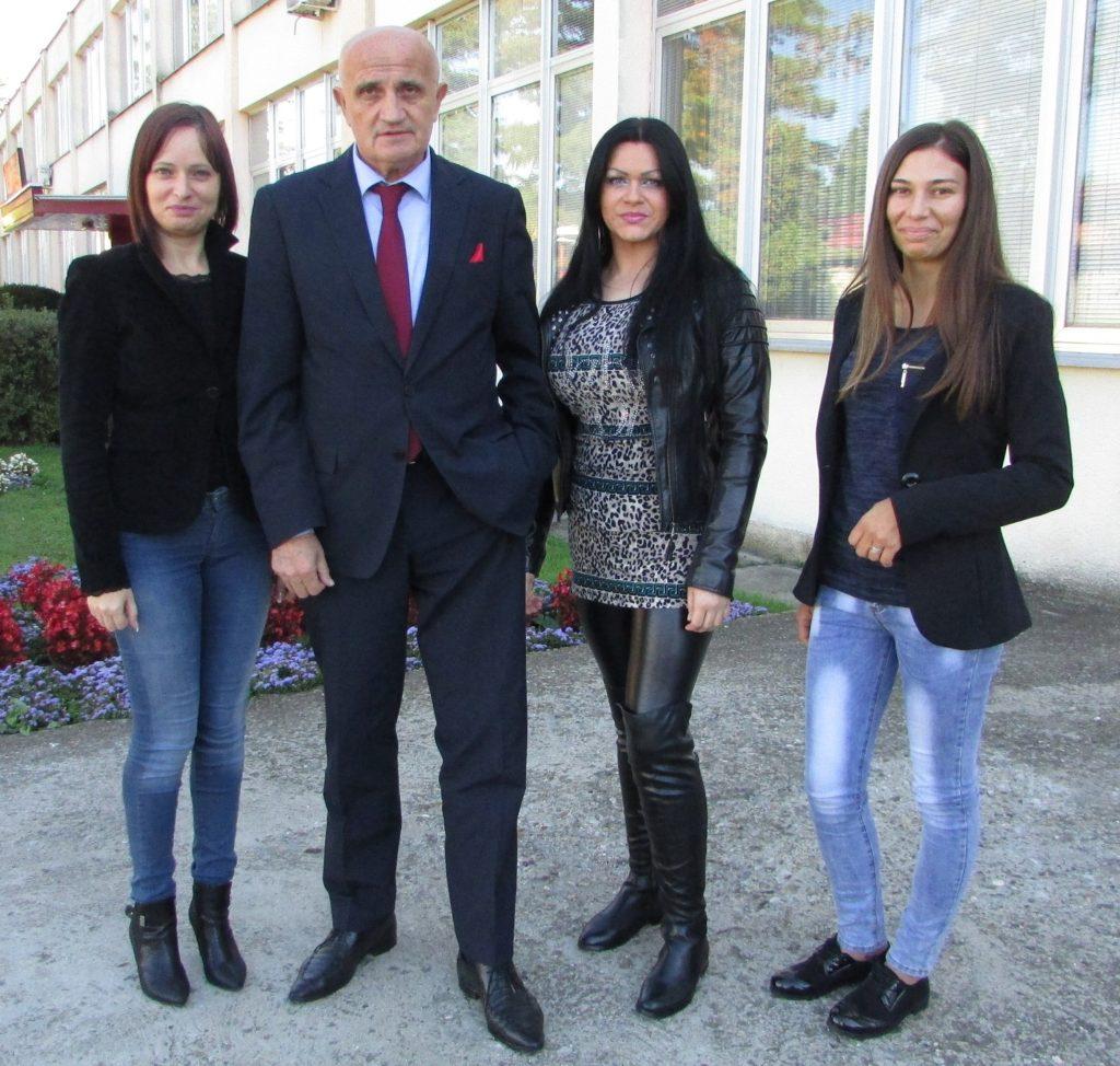 profesor-vojislav-skrbic-sa-svojim-studenticama