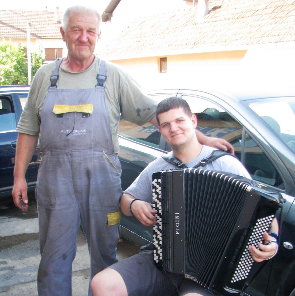 gradiska-03-dragan-sa-ocem-stojanom-u-mehanicarskoj-radionici-foto-milan-pilipovic